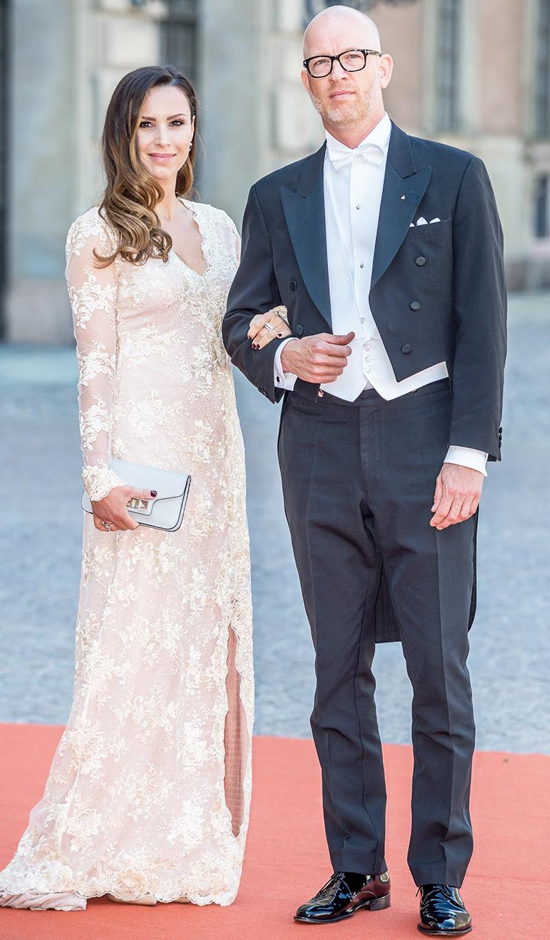 Alexandra Ogonowski i ljus klänning och mjuka lockar