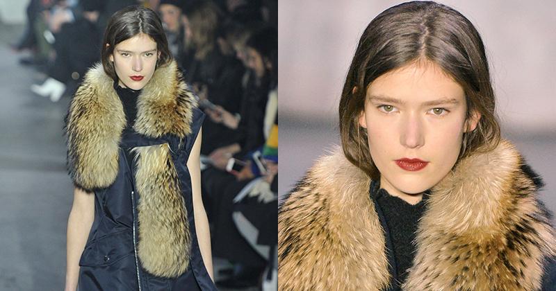 Model bär päls på catwalken