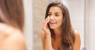 Ung kvinna, Spegel, tvättar ansiktet
