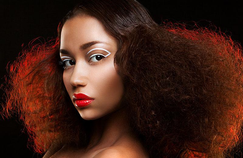 Kvinna med grafisk eyeliner