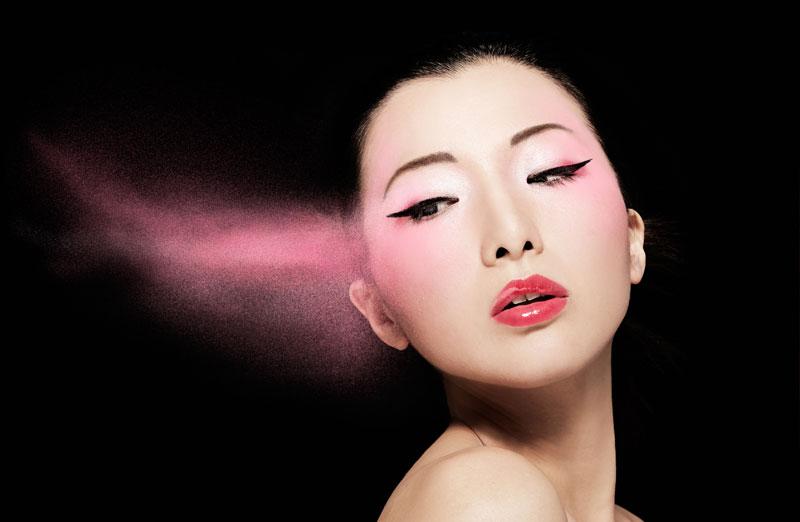 Kvinna med rosa ögonskugga