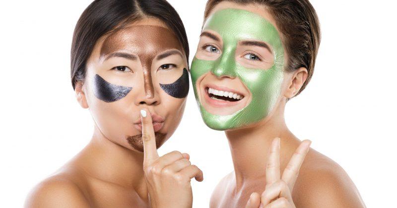 Två tjejer med ansiktsmasker