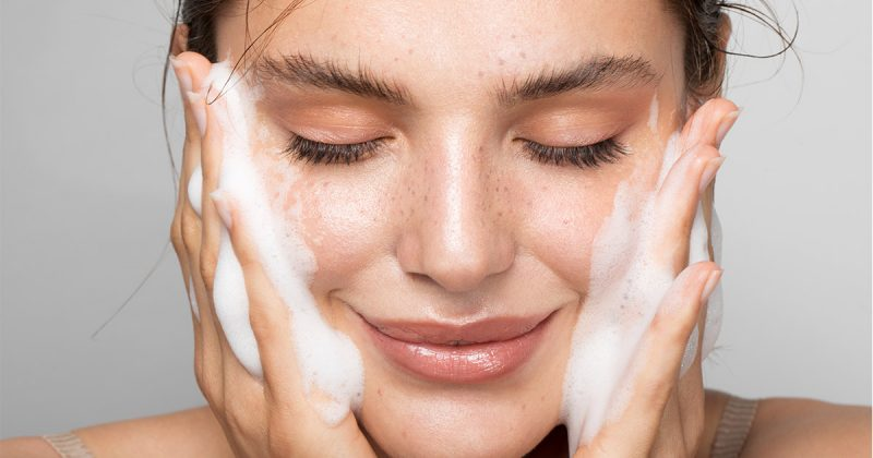 Kvinna som tvättar ansiktet