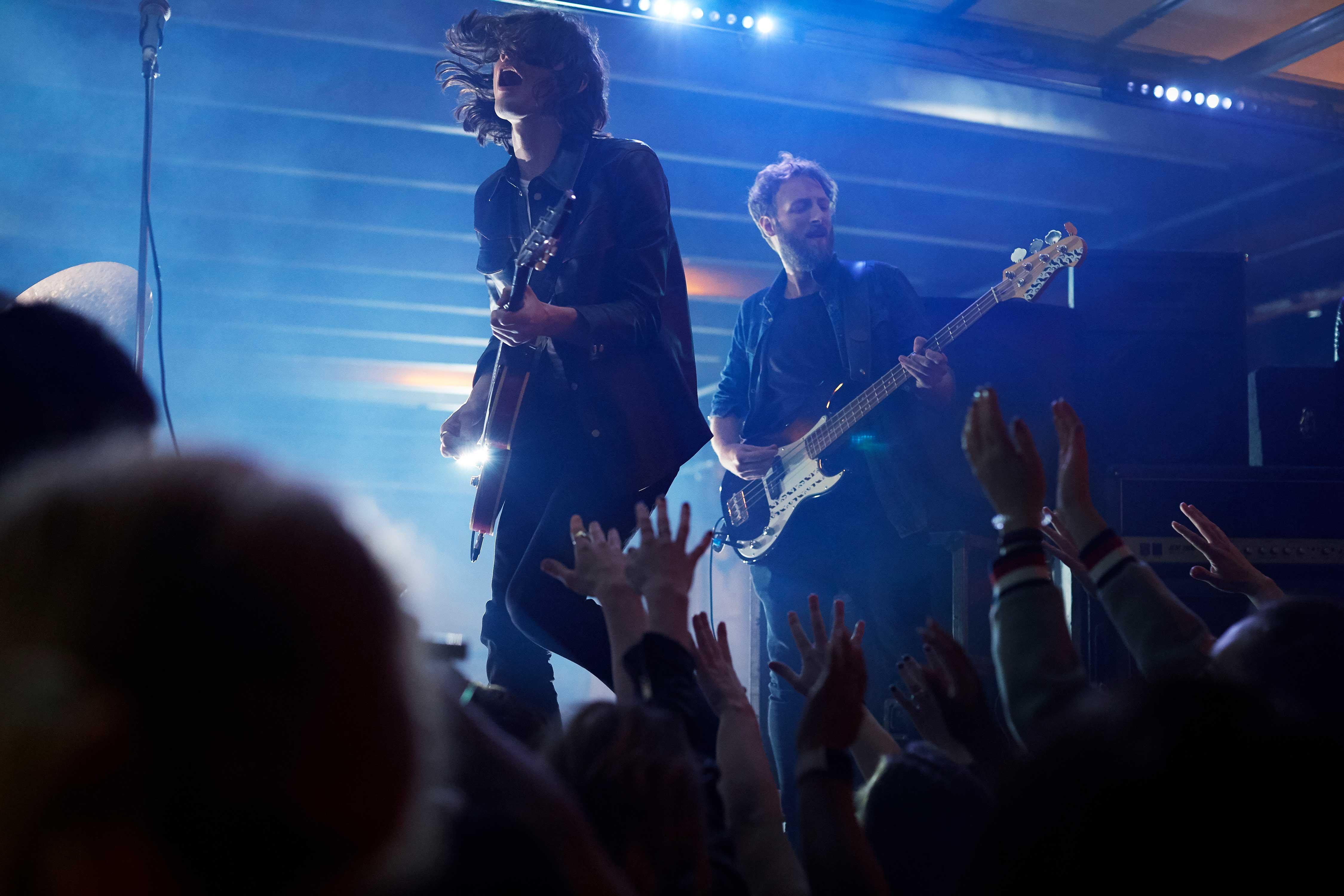 James Bay på scen med band